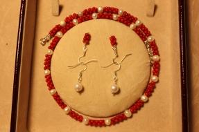 Colier si 2 perechi de cercei din coral rosu piscot si perle de cultura